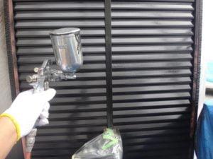 川島市屋根外壁塗装工事施工例雨戸吹付け